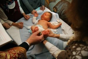 Можно ли крестить ребенка без крестных родителей