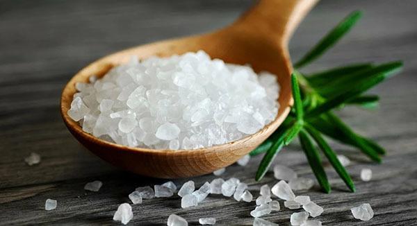 Примета: просыпать соль на стол, что это значит?
